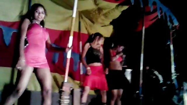 अनुभवी सेक्सी माँ हिंदी में सेक्सी फिल्म मूवी तीन मजबूत लंड के लिए सभी छेदों का विकल्प बनाती है