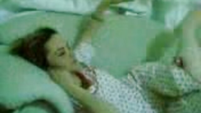 एक युवा पोर्न मॉडल की चूत को स्नान एचडी मूवी सेक्सी और शयनकक्ष में गर्म दुलार मिलता है