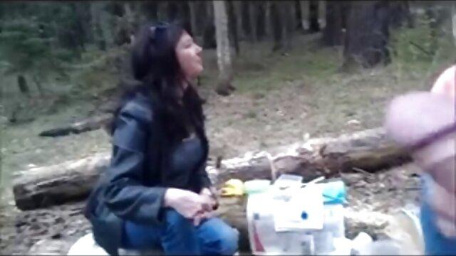 बिग-ब्रेस्ट वाली महिला एक खड़े डिक के लिए एक सेक्सी फिल्म वीडियो फुल निविदा गधा खोलती है