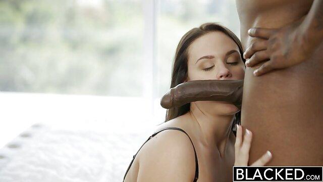 एक परिपक्व पोर्न स्टार दो सज्जनों को विभिन्न तरीकों से सेक्स फिल्म मूवी उसे चोदने का मौका देती है